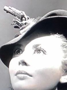 la mode en 1939 : elle n'avait peur de rien ! avec canon Solido