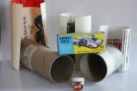 Corgi Toys : le tube comprenant le cadeau suite à l'adhésion au Club Corgi Toys et tous les présents