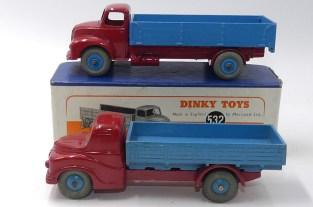 Dinky Toys prototype bois de l'Austin camion ridelles et la version de production du Leyland Comet reprenant le schéma de peinture
