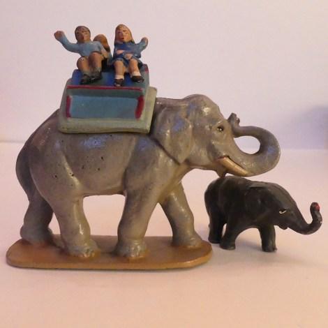 Quiralu éléphant et éléphanteau en promenade au zoo