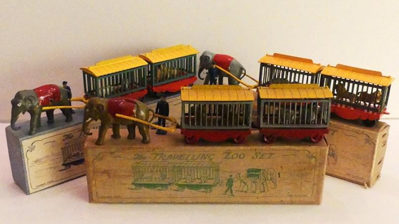 Charbens coffret cirque comprenant un éléphant tirant deux cages (trois variantes)