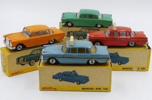 Dinky Toys Inde Mercedes 220SE et version taxi avec chassis Dinky Toys India) et avec jantes en acier chromé d'origine anglaise