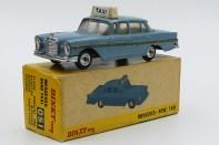 Dinky Toys Inde Mercedes 220SE taxi avec chassis Dinky Toys India) et avec jantes en acier chromé d'origine anglaise