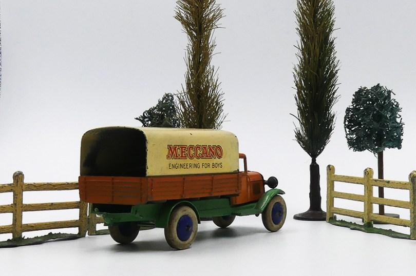 """Dinky Toys camion ridelles bâché """"Meccano"""" surpris en pleine nature"""