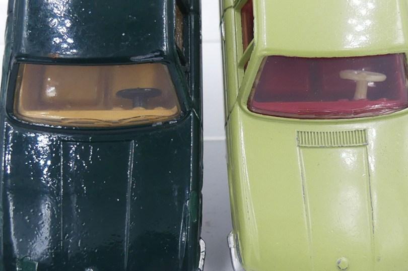 Dinky Toys France BMW 1500 modèle de pré-série dépourvu de gravure de capot et de montant vertical sur la portière arrière avec le modèle de série
