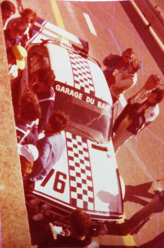 photo prise des stands BMW lors de l'édition 1977.. BMW 3.0CSL Garage du Bac avant le départ