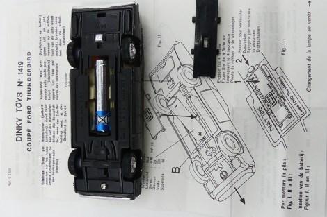 Dinky Toys Ford Thunderbird coupé 68 avec son logement pour insérer la pile et sa notice de montage