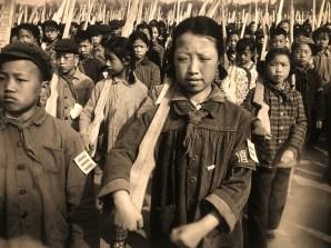 photographie de Marc Riboud : enfant aux fusils de bois Manchourie , Chine 1965