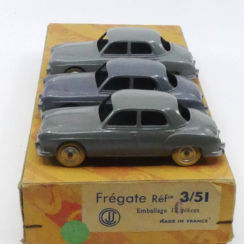 CIJ Renault Fregate calandre à barres nuances de gris et boîte de 6 et non de 12 comme CIJ l'a imprimé ! et corrigé au tampon