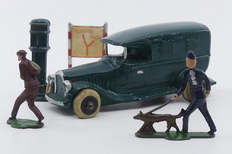 Micro fourgon cellulaire (monte arrière double) avec policier et son chien à la poursuite du voleur