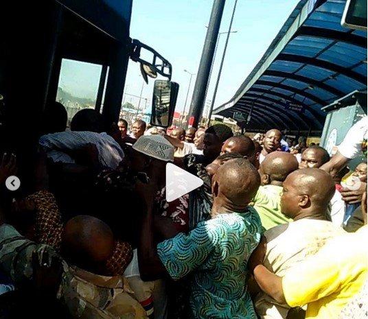 Nigerians fight for BRT in Ikorodu