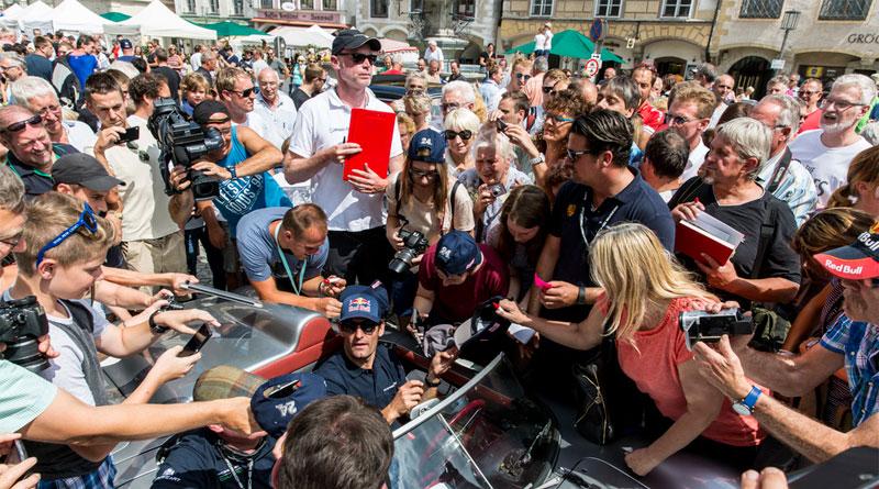 8-Mark-Webber-en-un-718-RS-60-rodeado-de-seguidores-en-Steyr