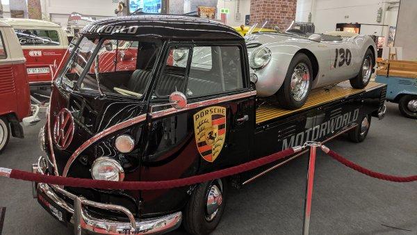 Две класики в едно: пикап на базата на легендарния микробус Т1, натоварен с едно от едва 90-те произведени Porsche 550 Spyder - почти близнак на колата, с която загина актьорът Джеймс Дийн през 1955.