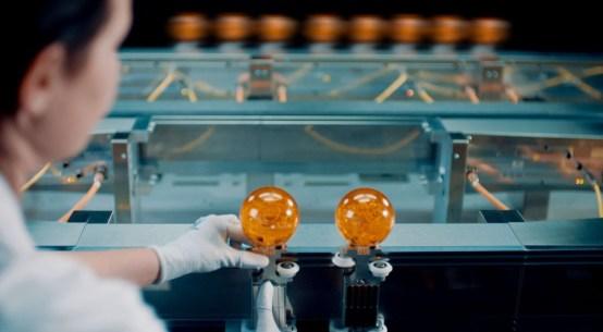 제품을 전환하려면 트랙의 나머지 부분에서 최대 속도로 생산이 지속되는 상태로 작동자는 단순히 피트 레인의 가이드에 새로운 셔틀 휠을 설치하기만 하면 된다.