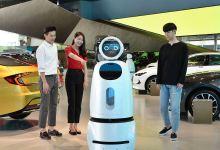 Hyundai Motor Company se asoció con LG Electronics para la introducción en sus concesionarios de robots que ayudan a la venta de vehículos. El llamado CLOi GuideBot, que responde a las preguntas de los consumidores y proporcionará información sobre las posibles promociones y datos de los últimos modelos de Hyundai, ya está en funcionamiento en un concesionario de la marca en Goyang (Corea del Sur). Además, el CLOi GuideBot también puede interactuar con los clientes a través de su pantalla táctil o por voz y podrá acompañar a los usuarios al espacio de exposición de Hyundai si así se le solicita. La automotriz utilizará los datos recopilados por el robot para analizar las preferencias de los visitantes y crear así promociones y servicios personalizados en el futuro. En un principio, el CLOi GuideBot tan solo está disponible en el concesionario de la marca surcoreana en Goyang, pero la compañía tiene previsto incrementar el número en sus distintas instalaciones una vez concluida esta primera fase piloto.