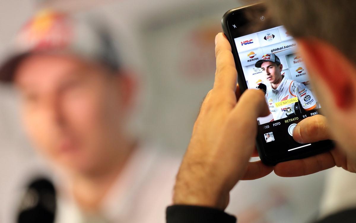 """En su primera temporada en Honda, Jorge Lorenzo no ha logrado buenos resultados. El motivo sería uno solo: no se ha adaptado a una moto creada y desarrollada para Marc Márquez. Los resultados hablan por si solos: el español Jorge Lorenzo está viviendo su peor temporada en MotoGP pese a estar en Honda, el mejor equipo de la parilla de la categoría reina del Mundial de Motociclismo. Mientras su compañero -y compatriota- Marc Márquez se cansa de ganar carreras y está a tiro de lograr su sexta corona, el mallorquín está en el fondo del lote y lucha por sumar puntos. En su primer año con la marca del Ala Dorada, Lorenzo ha logrado un undécimo puesto como mejor resultado en el Gran Premio de Francia. Además, llegó dos veces 12° (GP de Argentina y GP de España), arribó en otras tantas oportunidades en el 13° lugar (GP de Qatar y GP de Italia) y también sumó un par de 14° puestos (GP de Gran Bretaña y GP de San Marino). Su peor resultado lo consiguió en el GP de Aragón en el que finalizó 20° a 46 segundos de Márquez. A eso se suman sus ausencias en los GP's de Holanda, Alemania, República Checa y Austria a causa de la lesión que sufrió por su caída en Assen. Debido a estos pobres resultados, el piloto de 32 años que fue campeón de MotoGP en 2010, 2012 y 2015 (siempre con Yamaha), está en la 19° posición del campeonato a falta de cinco fechas para bajarle el telón al 2019. ¿Pero por qué un piloto de su nivel, que incluso venía de un 2018 con tres victorias junto a Ducati, no puede destacarse este año? En Honda tienen la respuesta: no logró adaptarse a la RC213V, una moto creada y desarrollada a la medida de la agresiva conducción de Márquez. """"Es evidente que Jorge no se ha adaptado a la moto. Lo está intentando y nosotros estamos intentando adaptarnos a él lo máximo, pero la cosa no está saliendo de momento. Nosotros no perdemos la esperanza y seguimos confiando que pueda dar la vuelta a la tortilla. Si será posible o no, no lo sé, pero las ganas se las ponemos"""", afirmó Albe"""