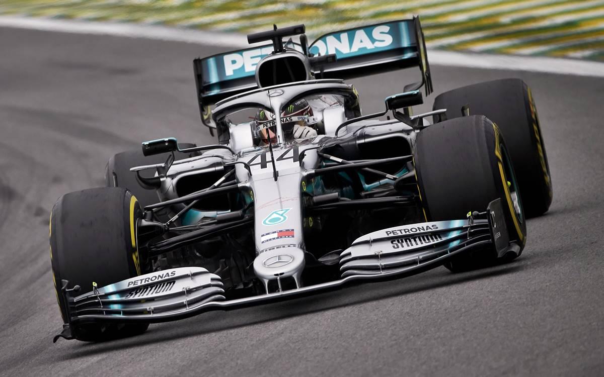 Lewis Hamilton en acción sobre el Mercedes W10.