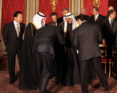 Obama bows deeply to King Abdullah of Saudi Arabia