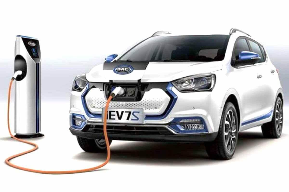 Автолюбители не видят перспектив для импорта электрического хэтчбека JAC iEV7S в Россию