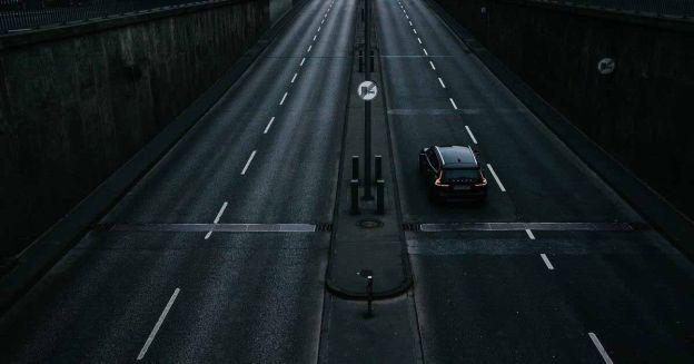 Пассажиры едут по междугородней трассе с беспроводной зарядкой - Motor