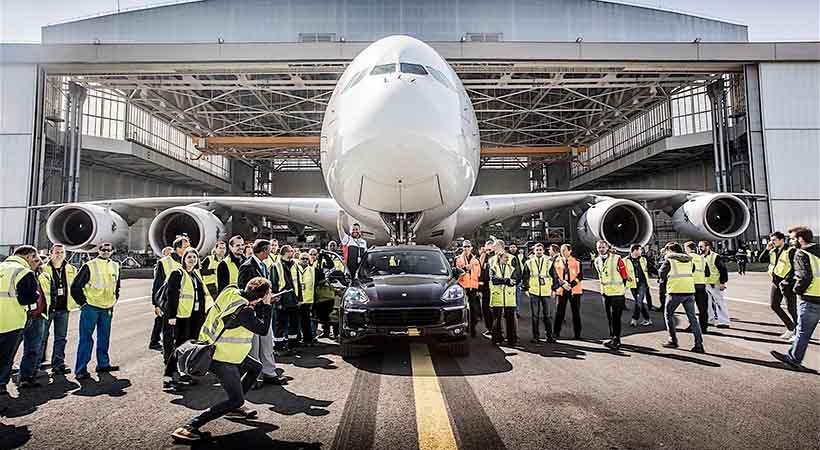 Porsche Cayenne remolca avión con 285 toneladas. Reto superado?