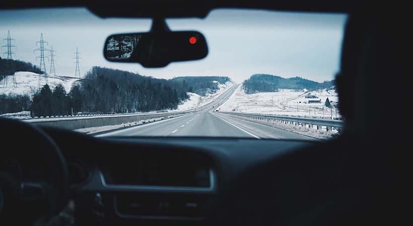 Parabrisas congelado, peligro asegurado al viajar en el invierno