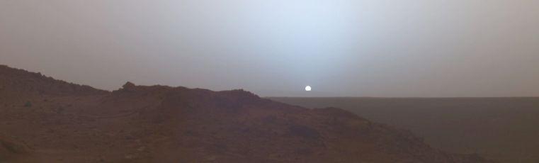 Puesta de Sol observada desde la superficie de Marte por el Mars Exploration Rover. Spirit en el cráter Gusev el 19 de mayo de 2005.