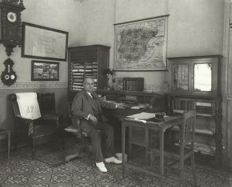 José Palacios, en 1925 en su despacho, cuando era director de la fábrica de tabacos gaditana.