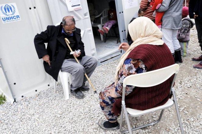 Una pareja de ancianos ante el dispensario médico de la ONG Médicos del Mundo de Kara Tepe