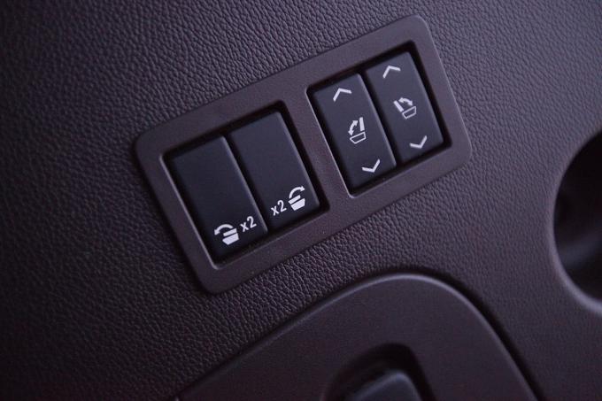 """Клавиши на стенке грузового отсека отвечают за складывание спинок кресел второго ряда и раскладывание/  складывание сидений """"галерки"""". Максимальный объем под поклажу -  2681 л"""