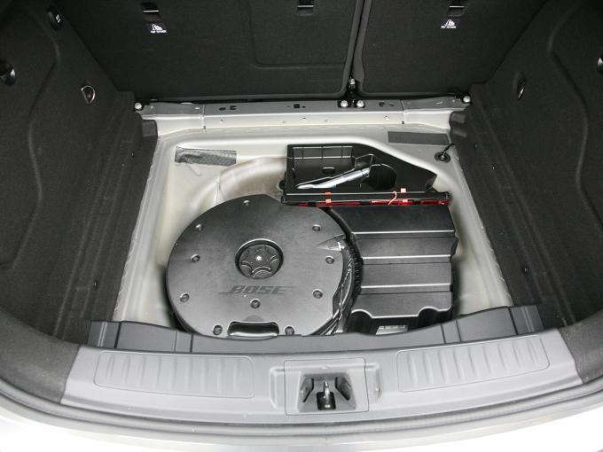 В подполе багажника достаточно места для сабвуфера опционной аудиосистемы Bose Premium и ремкомплекта для шин, но не для докатки