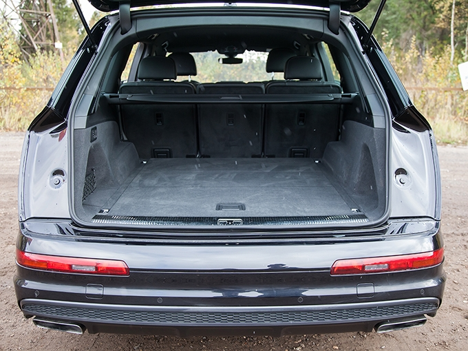 Под полом багажника Q7 прячется «высушенная» докатка, которую придется надувать перед тем, как поставить на автомобиль, – для сей операции предусмотрен компрессор
