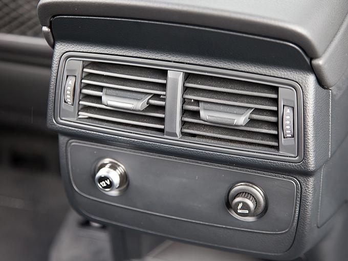 4-зонный климат и подогрев задних сидений доступны за дополнительную плату. Зато пара 12-вольтовых розеток, одна из которых являет ся прикуривателем, есть по умолчанию