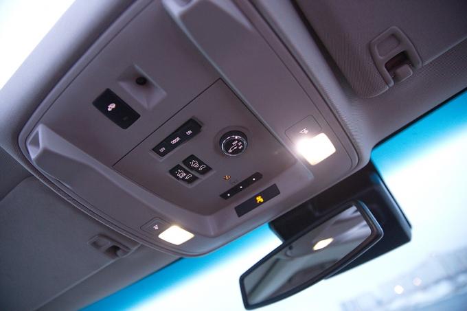 За регулировку степени открытия/блокировку сервопривода двери грузового отсека отвечает вертушка на потолочной консоли над лобовым стеклом.