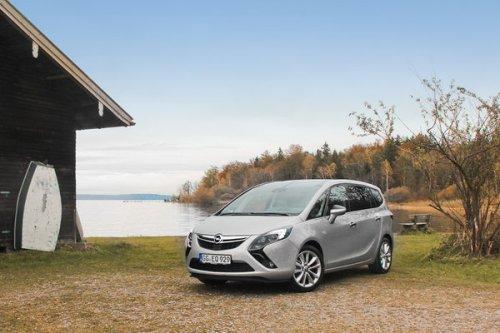 Вид Opel Zafira Tourer спереди