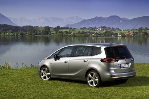 Вид Opel Zafira Tourer сзади