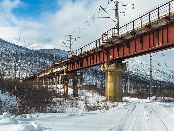 """До открытия тоннеля 5 декабря 2003 г. использовалась объездная эстакада. Возведенная частично на двухъярусных опорах (единственная в России) высотой до 35 м и раскачивающаяся под тяжелыми составами она заслужила название """"Чертов мост"""""""