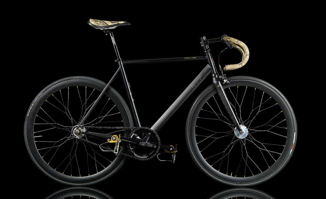 Велосипед с деталями покрытые золотом