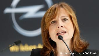 Глава GM Мэри Барра на фоне эмблемы Opel