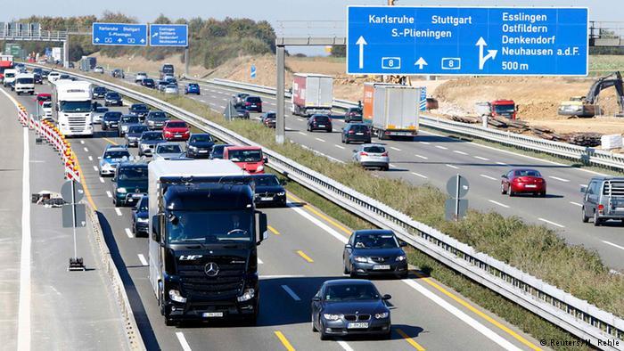 Грузовик Daimler едет в автономном режиме по автобану