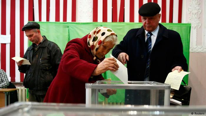 Жители Крыма голосуют на референдуме 16 марта 2014 года