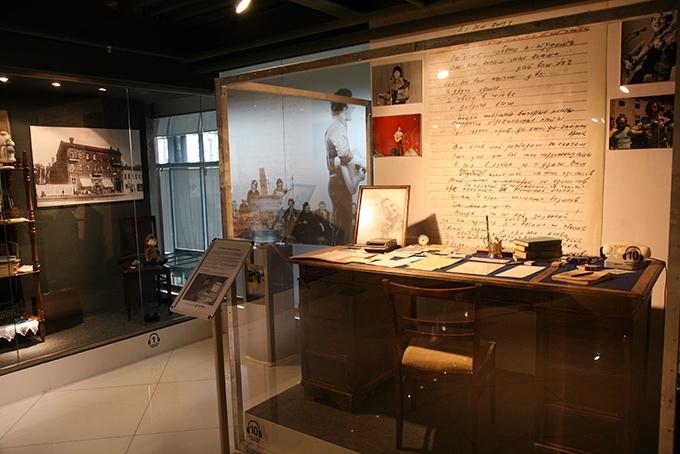 Рабочий стол из кабинета Высоцкого – с предысторией. Когда-то он принадлежал Александру Таирову, знаменитому режиссеру, реформатору театра