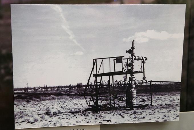 6 июня 1966 г. бригада мастера В.Б.Полупанова пробурила разведочную скважину Р-2, давшую настолько большой приток газа, что сначала показаниям приборов не поверили. Так было открыто Уренгойское месторождение, остающееся крупнейшим