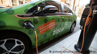 Подзарядка электромобиля на одной из улиц Лондона