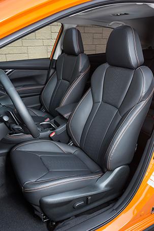 Передние сиденья красивы не вущерб удобству, аих огромные диапазоны регулировки устроят водителей самого разного роста