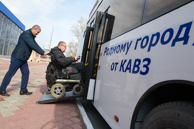 Система наклона автобуса всторону дверей во время остановок позволяет облегчить посадку-высадку пассажиров. В салоне автобуса есть специально оборудованные места и приспособления для людей с ограниченными возможностями