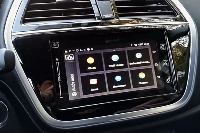 Просторный салон отличается улучшенными материалами отделки, атакже обновленной мультимедийной системой споддержкой Carplay
