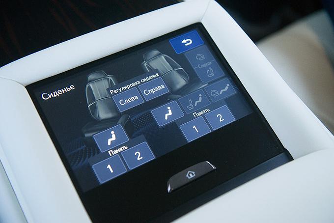 «Живые» кнопки управления настройками задних кресел – впрошлом, как ипульты управления массажером имультимедиа. Все эти функции взял насебя тачскрин вцентральном подлокотнике