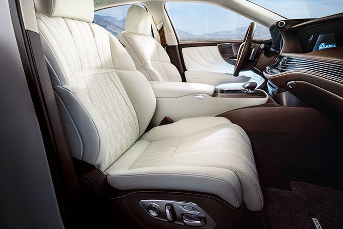 Уже базовая версия передних сидений снабжена 20 серворегулировками, системами подогрева, вентиляции икомфортной посадки/высадки водителя. Дальше – больше: 28 регулировок, подголовники типа «бабочка» ифункция массажа