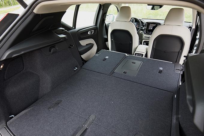 Открыть или закрыть пятую дверь можно спомощью «виртуальной педали». Асложив вгоризонт спинки дивана, объем багажника можно увеличить с 460 до 1336л